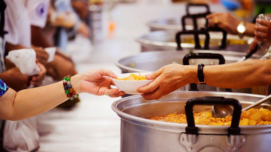 Actuellement, les organismes d'aide alimentaire d'urgence accueillent deux à trois fois plus de personnes que d'habitude.