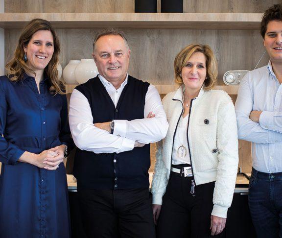 De familie De Schepper, eigenaars van DSM Keukens; vlnr.: dochter Sofie, vader Koen (oprichter), moeder Fabienne (mede-oprichtster) en zoon Tim.