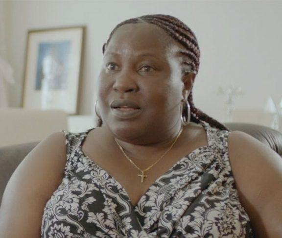 Helen vit avec le VIH.