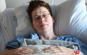 Kvindelig patient ligger i hospitalsseng