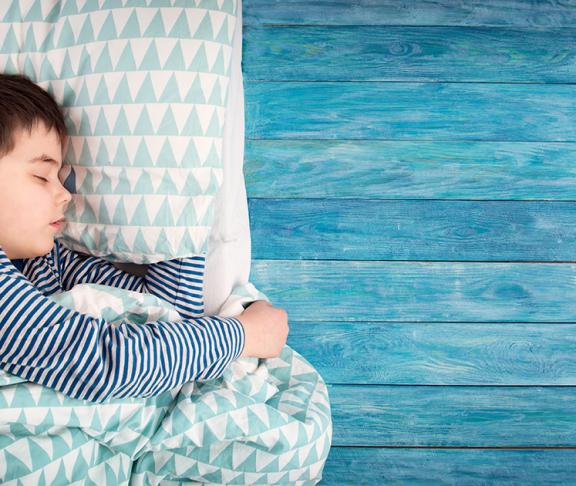 Dreng sover med sin pude