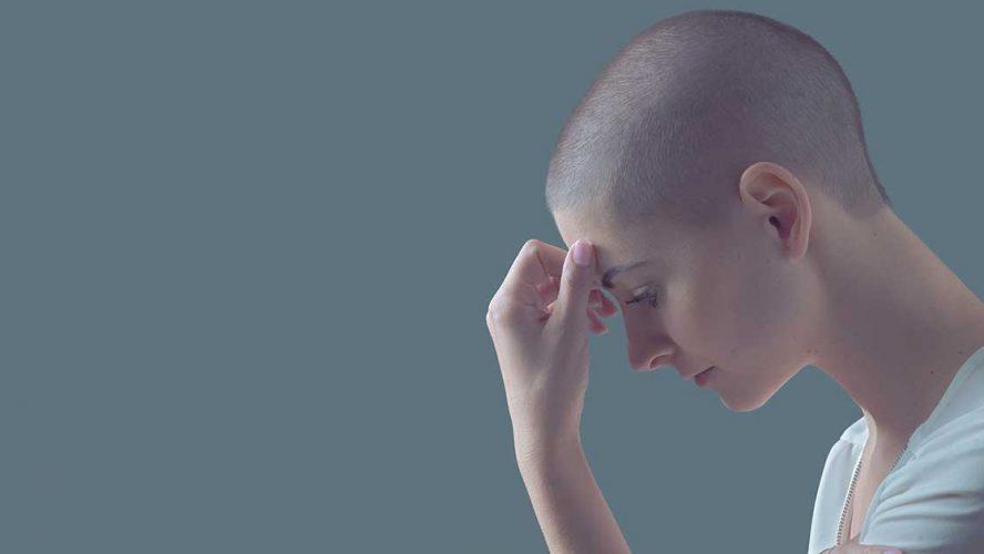 Trist skaldet kvinde tager sig til hovedet