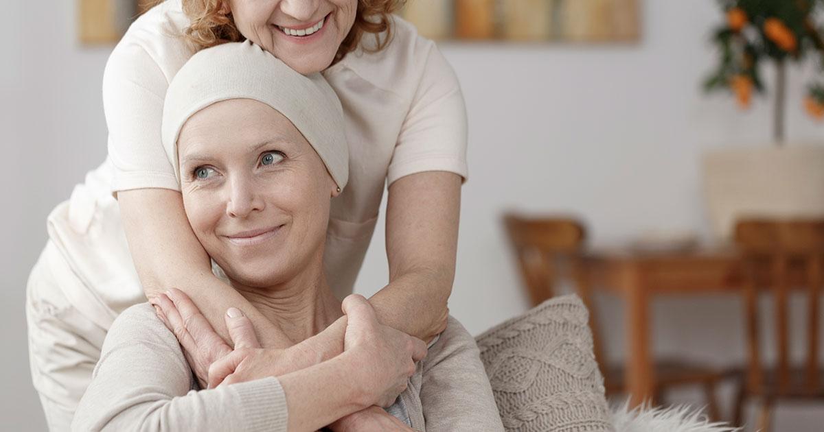 kræftpatient krammes af familiemedlem
