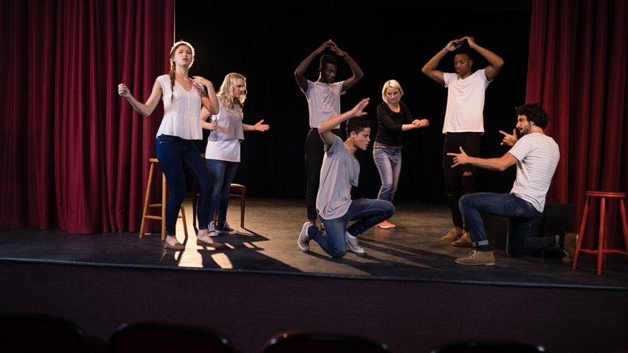 dramahold står på scene på højskole