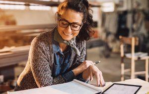 kvinde sidder på STEM-uddannelse og læser