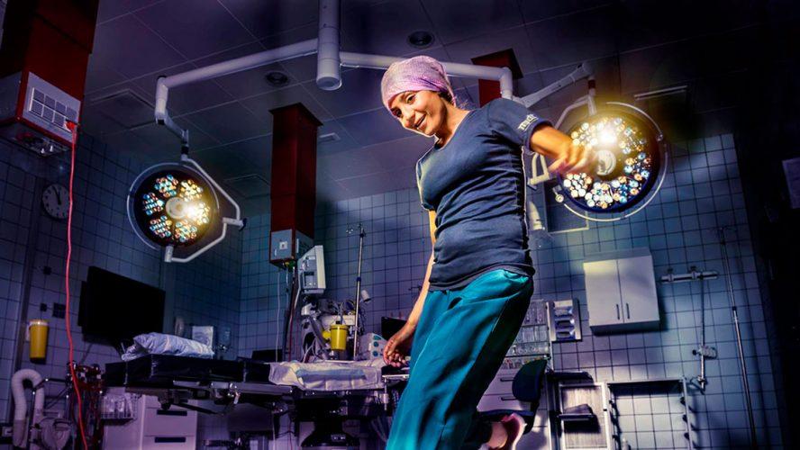 Nadia Nadim i hospitalsuniform sparker til en fodbold