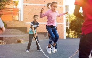 Børn shipper i skolegården