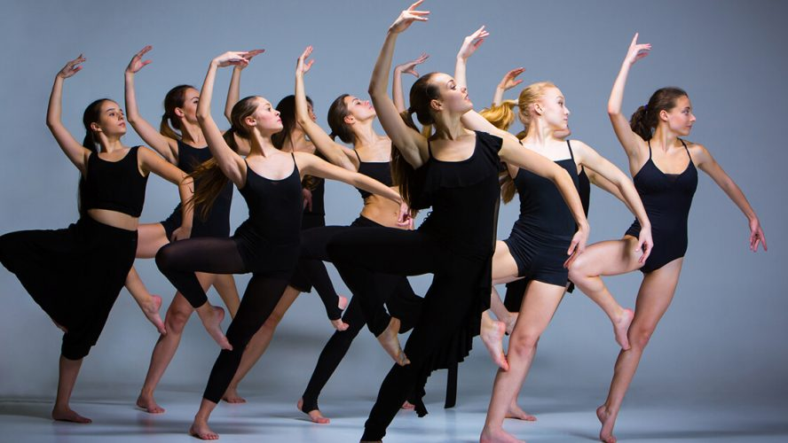 Gruppe af dansere midt i en koreografi