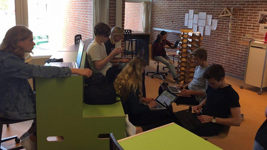 Børn bruger digitale hjælpemidler i undervisningen