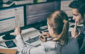 to datalogi studerende læser kode fra skærmen