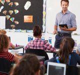 Lærer underviser ca. 10-årige i klasseværelse