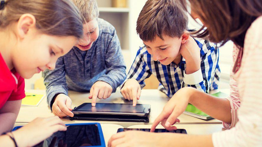Børn bruger iPad i læringssituation