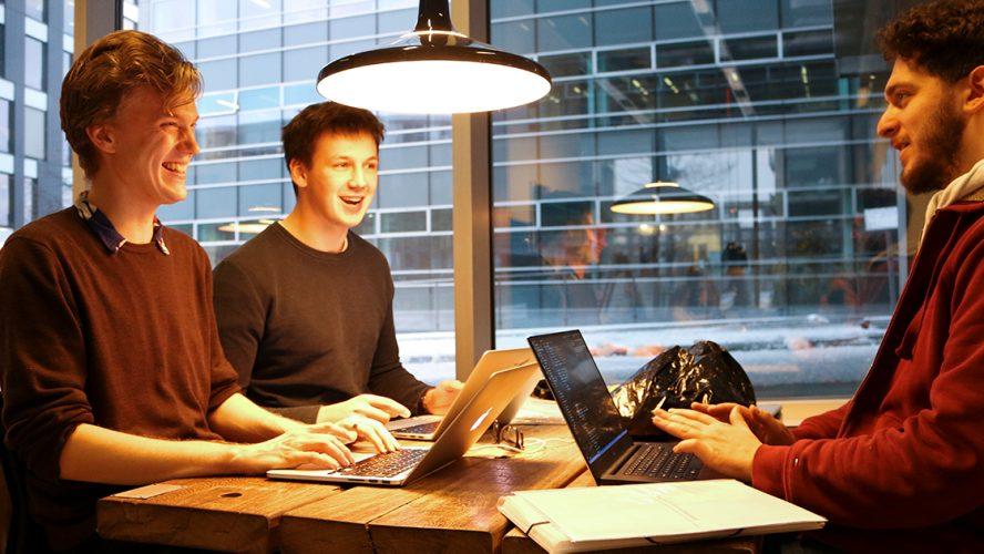 Theodor sidder på IT Universitetet med medstuderende