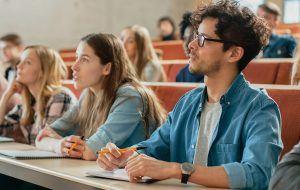Studerende i auditorium