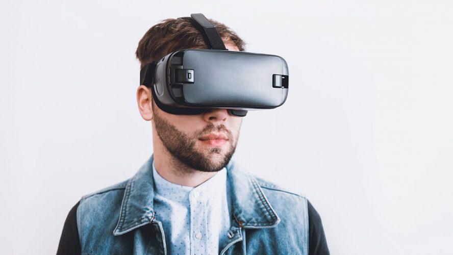 Mand med virtuelle briller på