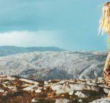 Ung kvinde i smukt bjergområde