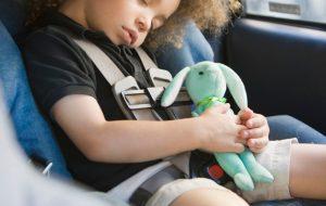 lapsen-turvaistuin-turvakaukalo-autossa