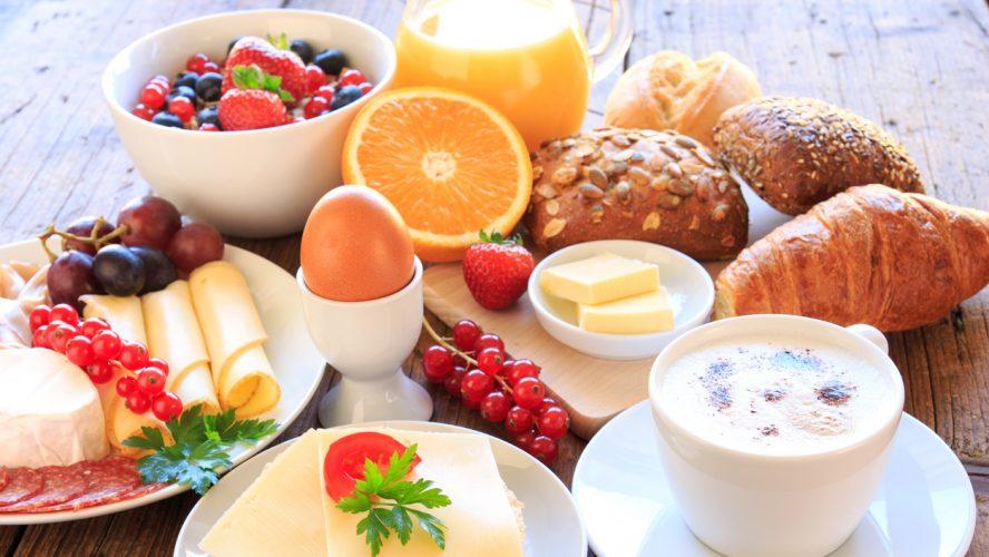 gedeckter Frühstückstisch