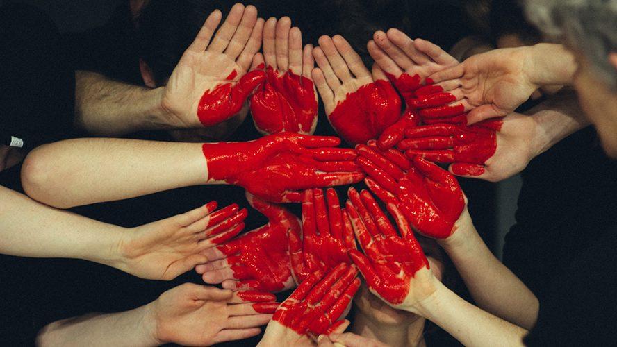 Hænder der er malet på danner et hjerte. Det er for at sætte fokus på diabetes og hjertet