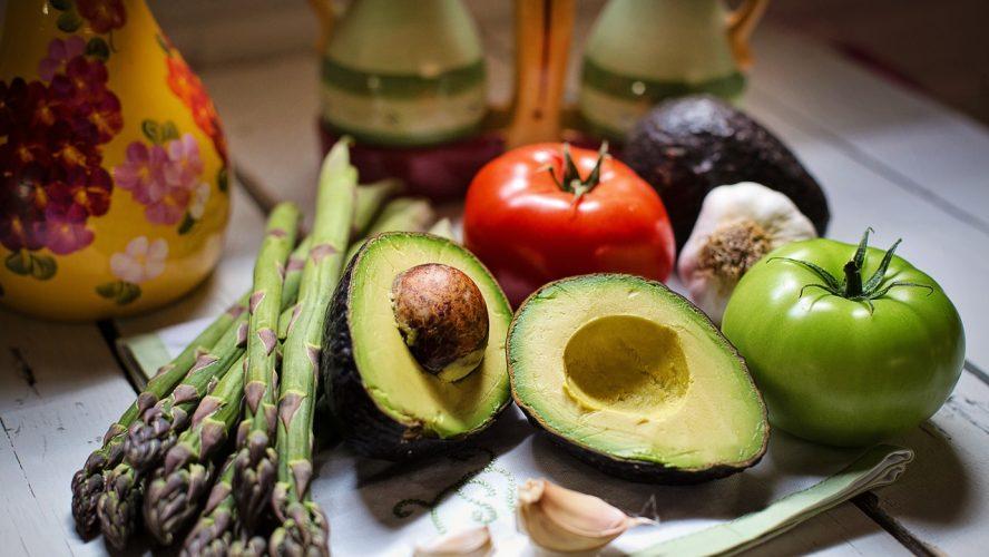 madvarer ligger på et bord - det er vigtigt for en diabetiker at vide hvad der er i de ting de køber