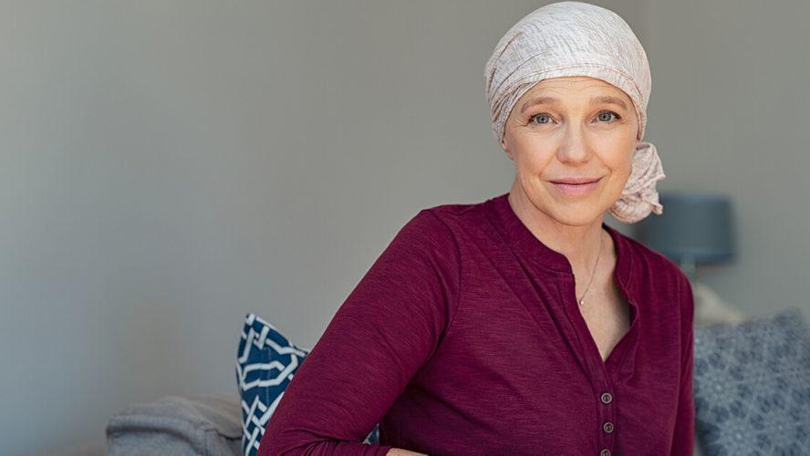 kvinde med kræft har tørklæde om hovedet