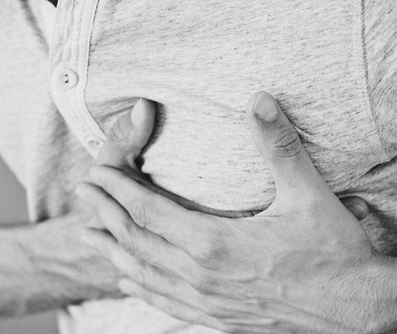 Mand har smerter i hjertet hvilket kan være signal på stress