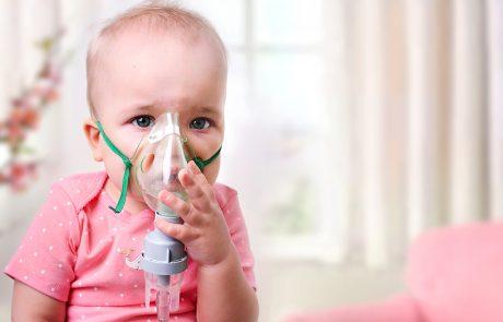 Et barn sidder med ilt maske på fordi hun har astma eller allergi