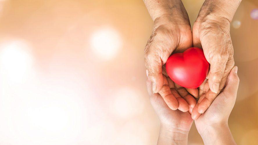 To hænder holder om et hjerte