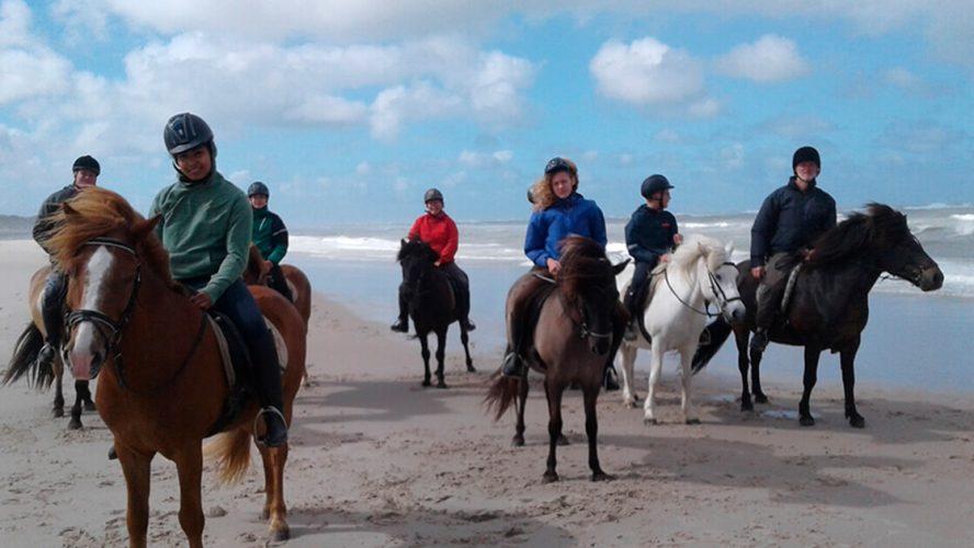 Børn fra Schuberts minde er ude og ride på heste