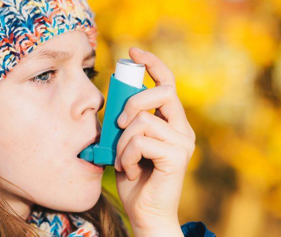 Dame bruger sin inhalator