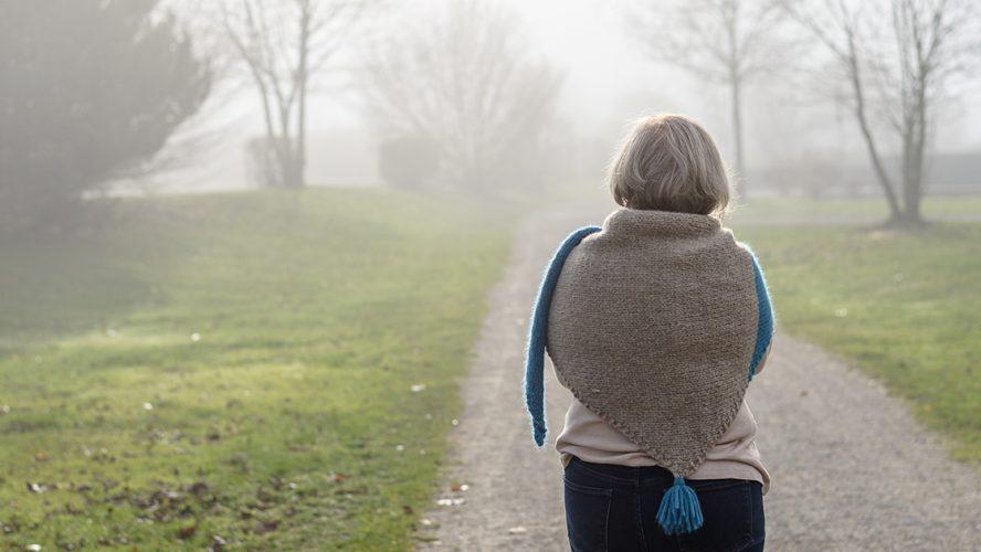 kvinde med Cushings-diagnose går en tur