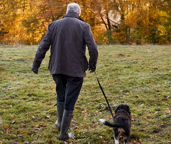 mand med Von Willebrand type 3 går tur med sin hund