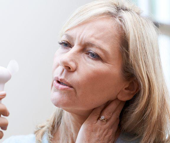 kvinde køler ned da hun har svedturer fra overgangsalderen