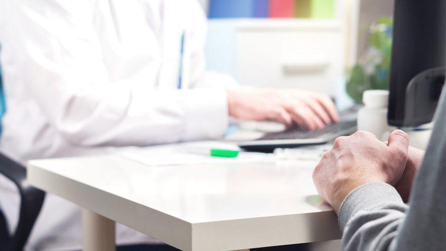 læge snakker med patient