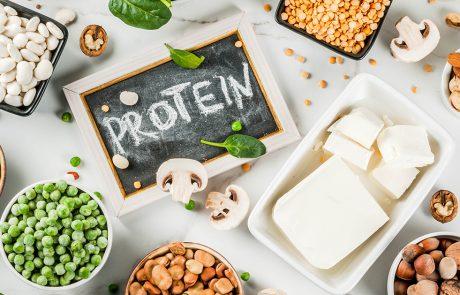 Mad ligger spredt ud på et bord og på et skilt står der protein