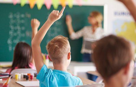 børn sidder i klasse med dårligt indeklima