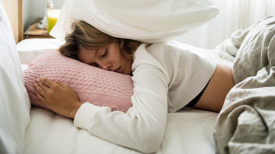 kvinde har dårligt søvnmønster og kan ikke falde i søvn