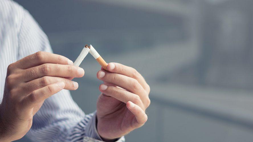 mand knækker cigaret fordi han vil stoppe med at ryge