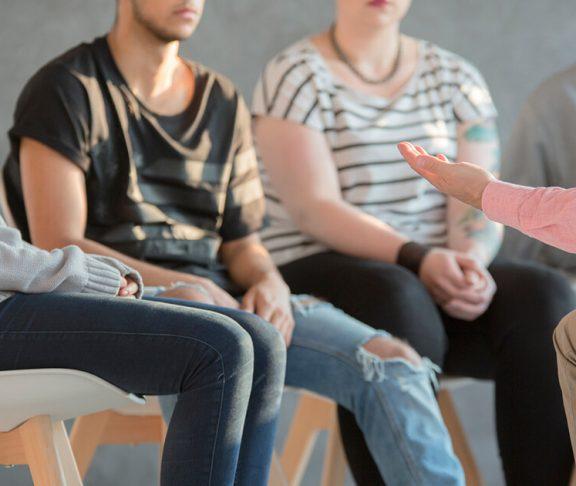 Unge i behandling sidder i rundkreds