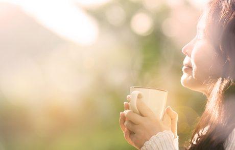 Kvinde i overgangsalderen nyder en kaffe