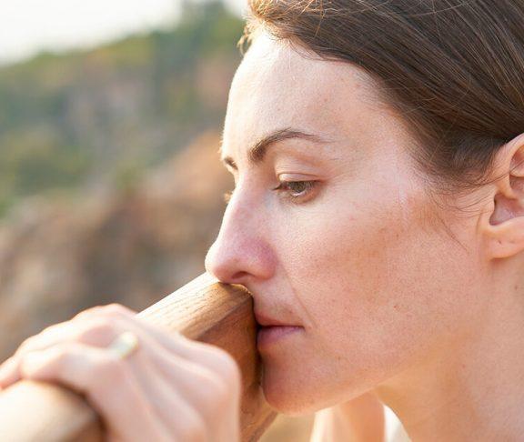 kvinde med stress kigger opgivende
