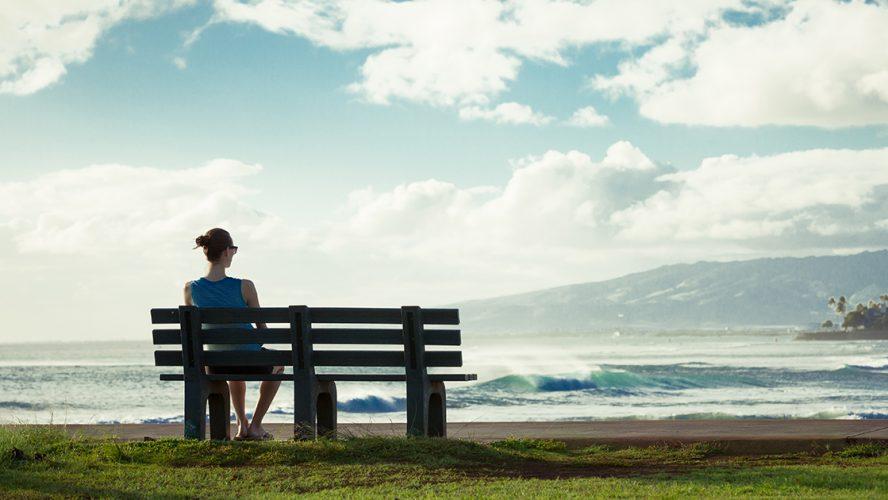 Kvinde med Addisons sygdom kigger ud over vandet