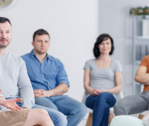Patientforeningen hjælper en gruppe mennesker der sidder i en rundkreds