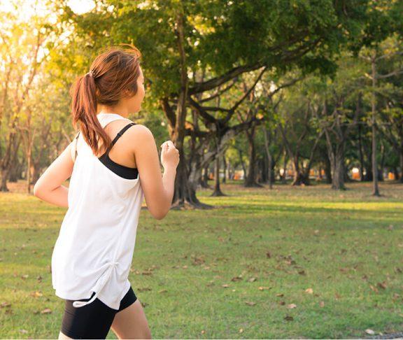 Kvinde er ude og motionere for at få en sundere livsstil