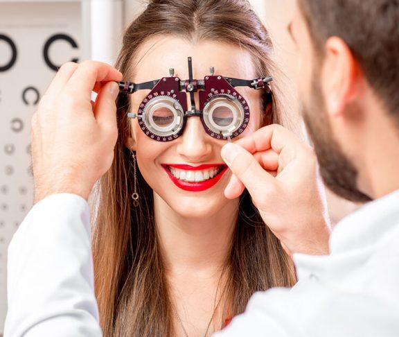 Kvinde for øjentest for at finde ud af om hun kan få laserbehandling