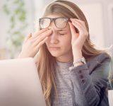 ung pige gnider sig i øjnene fordi hun føler sig stresset