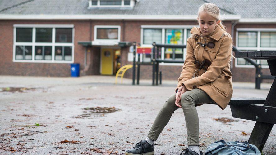 Barn sidder i skolegårdan og har dårlige tanker om sig selv