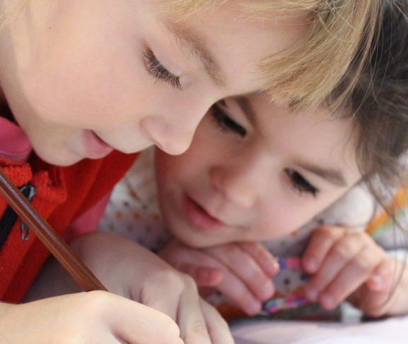 skolebørn sidder opmærksomt og tegner