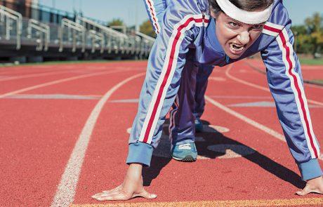 Kvinde klar til start på løbebanen