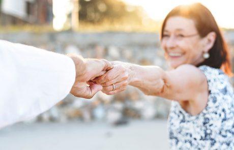 Blurry billede af moden kvinde, der kærligt rækker ud efter sin mand